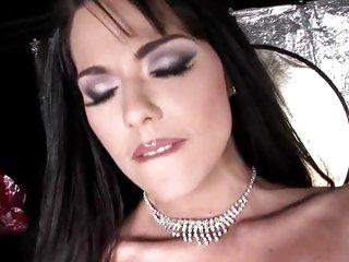 Amazing Simony Diamond shows off her killer body