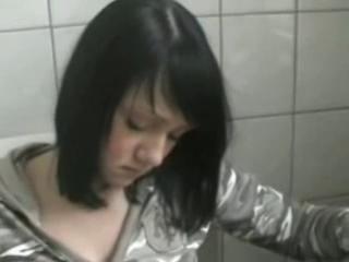 Amateur chick masturbate in toilet